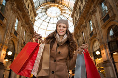 Vrouw die in Galleria Vittorio Emanuele II het winkelen zakken tonen Stock Fotografie