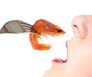 Vrouw die garnalen eet. stock afbeelding