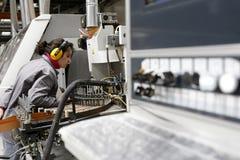 Vrouw die in geautomatiseerde fabriek werkt Royalty-vrije Stock Foto