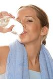 Vrouw die gebotteld water drinkt Royalty-vrije Stock Foto's