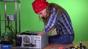 Vrouw die gebroken computer bevestigen op kantoor Geval van PC van de meisjes het dichte Desktop stock video
