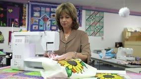 Vrouw die Gebruikend Elektrische Machine naaien stock videobeelden