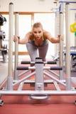 Vrouw die gebruikend materiaal bij een verticale gymnastiek, uitwerken royalty-vrije stock foto