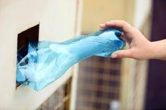 Vrouw die gebruikte plastic fles werpen in het recycling van bak royalty-vrije stock foto's