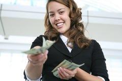 Vrouw die Geld geeft Royalty-vrije Stock Foto's