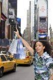 Vrouw die gele taxicabine begroeten Royalty-vrije Stock Afbeelding