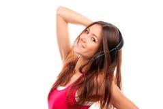 Vrouw die genietend van muziek in hoofdtelefoon luistert Stock Afbeeldingen