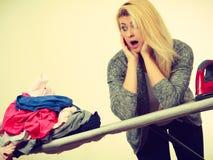 Vrouw die genoeg van het strijken van kleren hebben Stock Foto