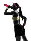 Vrouw die geschiktheid het drinken het silhouet van de energiedrank uitoefenen Stock Foto's