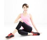 vrouw die geschiktheids stretchingyogadoen stock foto