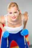 Vrouw die geschiktheidsoefeningen doet Stock Foto's