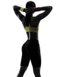 Vrouw die geschiktheidswapens achter hoofdsilhouet achtermening uitoefenen Royalty-vrije Stock Fotografie