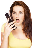 Vrouw die geschokt haar telefoon bekijkt Royalty-vrije Stock Foto
