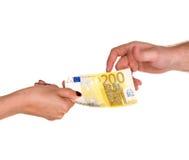 Vrouw die 200 geven euro bankbiljet aan een man Royalty-vrije Stock Afbeeldingen