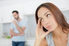 Vrouw die gevoede omhoog partner op achtergrond kijken stock fotografie