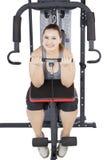 Vrouw die gewichtheffen op studio doen stock afbeelding
