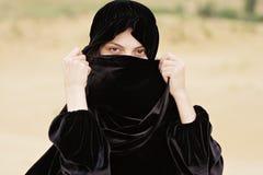 Vrouw die gezicht behandelt met hijab Stock Afbeeldingen