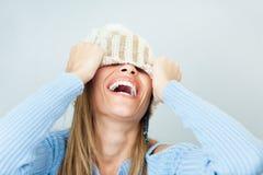 Vrouw die gezicht behandelt met hoed Royalty-vrije Stock Fotografie