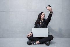 Vrouw die gezichten voor selfie maken Stock Afbeelding