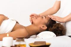 Vrouw die gezichts van massage in kuuroordsalon genieten stock foto's