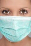 Vrouw die gezichtsmasker draagt Stock Afbeelding