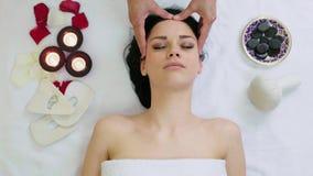 Vrouw die gezichtsmassage in tropisch kuuroord krijgen stock video