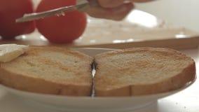 Vrouw die gezond ontbijt met avocado op geroosterde brood, eieren en tomaat voorbereiden stock video