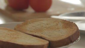 Vrouw die gezond ontbijt met avocado op geroosterde brood, eieren en tomaat voorbereiden stock videobeelden
