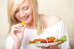 Vrouw die gezond voedsel, Griekse salade eet royalty-vrije stock afbeelding