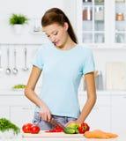 Vrouw die gezond voedsel kookt Stock Afbeeldingen