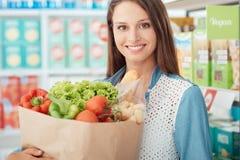 Vrouw die gezond voedsel koopt Royalty-vrije Stock Foto