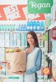 Vrouw die gezond voedsel koopt Royalty-vrije Stock Foto's