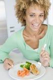 Vrouw die Gezonde maaltijd, etenstijden eet Stock Foto