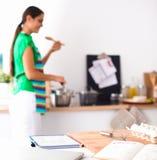 Vrouw die gezonde voedsel status maken glimlachend in keuken Stock Fotografie