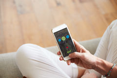 Vrouw die Gezondheid Controle App op Smartphone bekijken stock foto