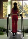 Vrouw die in gezondheidsclub in werking wordt gesteld royalty-vrije stock foto's