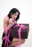 Vrouw die giftdoos openvouwt stock afbeelding