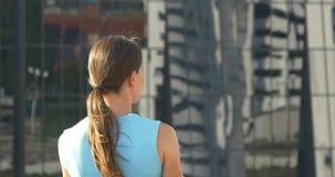 Vrouw die glasmuur bekijken van bedrijfshotel stock video