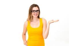 Vrouw die glazen draagt die exemplaarruimte tonen Royalty-vrije Stock Afbeelding