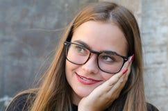 Vrouw die glazen dragen en, met rode lippen en spijkers lachen stock fotografie