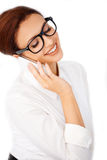Vrouw die in glazen op mobiel babbelen Stock Afbeeldingen