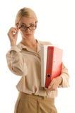Vrouw die in glazen twee bureaubindmiddelen houdt Royalty-vrije Stock Fotografie