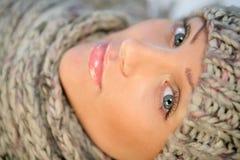 Vrouw die GLB en sjaal draagt Royalty-vrije Stock Foto
