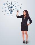 Vrouw die gloeilamp trekken op whiteboard Royalty-vrije Stock Afbeelding