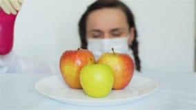 Vrouw die GMO-Appelen met Chemische producten bespuiten stock video