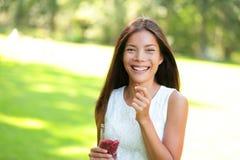 Vrouw die gojibessen eten Stock Afbeeldingen