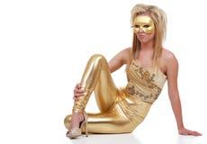 Vrouw die gouden uitrustingszitting draagt Stock Foto's