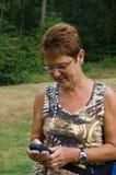 Vrouw die gps met behulp van Stock Afbeelding