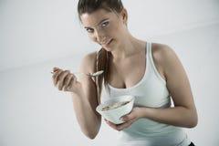 Vrouw die graangewassen eten Stock Afbeelding