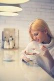Vrouw die graangewassen voor ontbijt eten royalty-vrije stock afbeeldingen